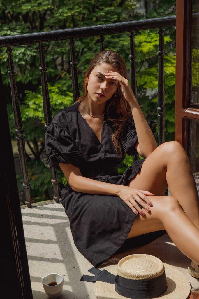 vestido negro corto con botones frontales