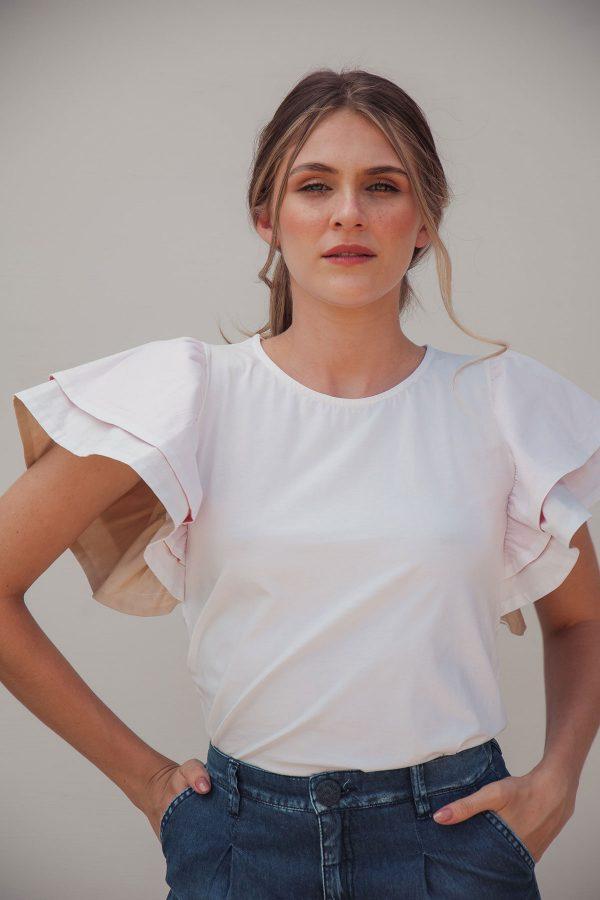 Blusa blanca con boleros en las mangas frente
